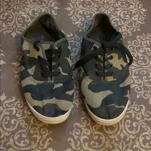👑3 for $10 Camouflage tennis shoes
